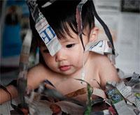 ребенок рвет бумагу