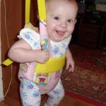 Малыш в обычных подвесных прыгунках