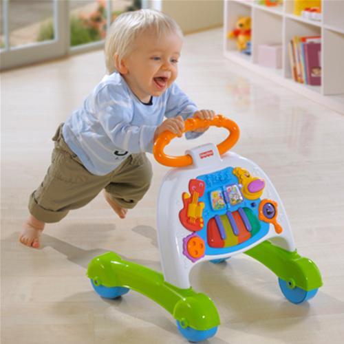 Когда ребенок начал ходить вдоль опоры – предложите ему безопасную машинку с ручкой. Малыш будет шагать за ней, держась за ручки.