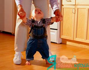 удерживайте малыша за руки и ходите вместе с ним