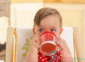 учим малыша пить из куржки