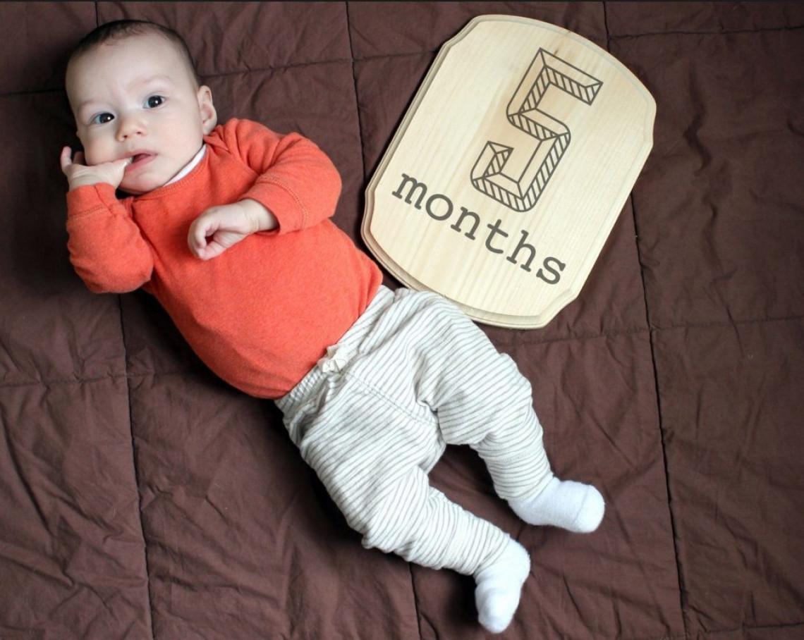 Что умеет и должен уметь ребенок в 5 месяца