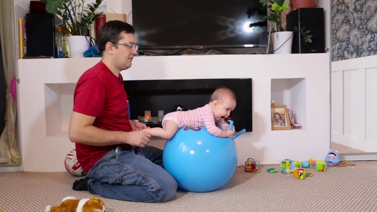 ребенок-животиком-на-фитболе