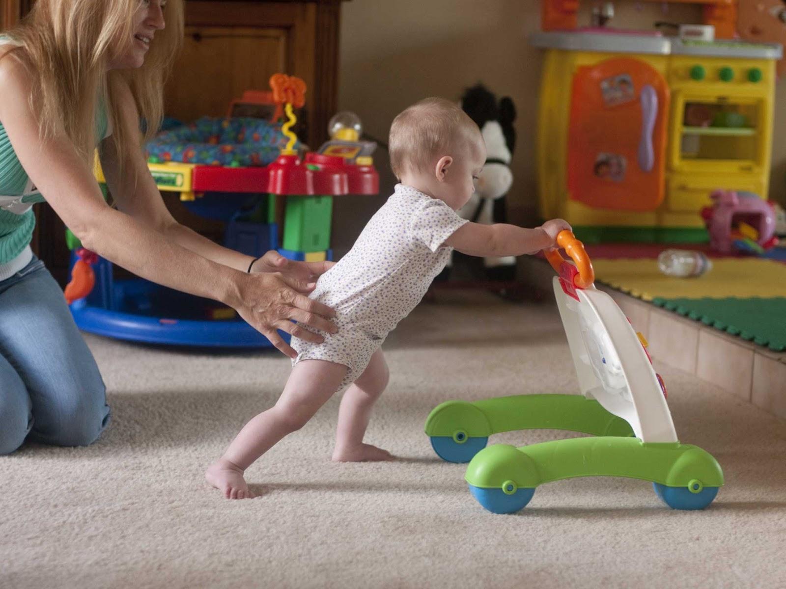 ребенок в 10 месяцев толкает игрушку