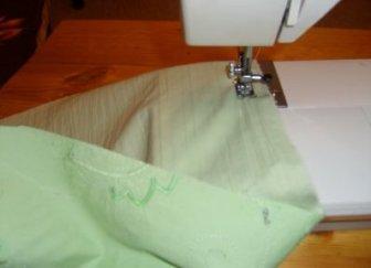 Обработайте края на швейной машинке. Это можно сделать на оверлоке, зигзагом или подшить подогнутые края ткани.