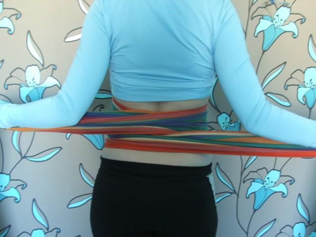 Перекрещиваем ткань за спиной