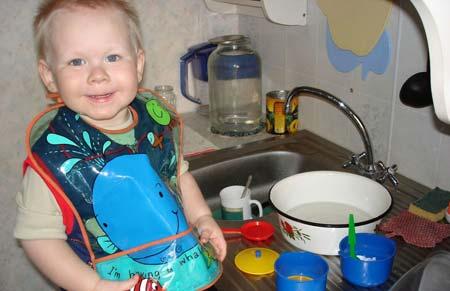 ребенок-моет-посуду