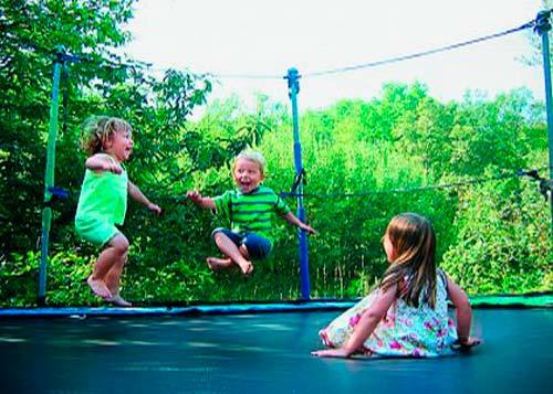 батут-маленькие-дети-прыгают