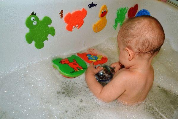 играем с ребенком во время купания