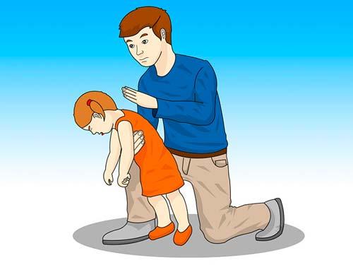 Сядьте или станьте за ребенком и положите руку на грудь по диагонали. Наклоните малыша немного вперед, так что бы он опирался на вашу руку. Ладонью свободной руки, сделайте пять твердых и раздельных шлепка по спине ребенка, непосредственно между лопатками.