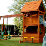 игровые деревянные домики для детей с качелей и горкой