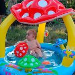детский-надувной-бассейн-с-крышей-для-совсем-маленьких-детей