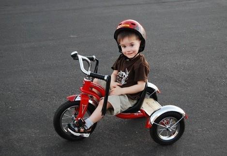 учим кататься на трехколесном велосипеде