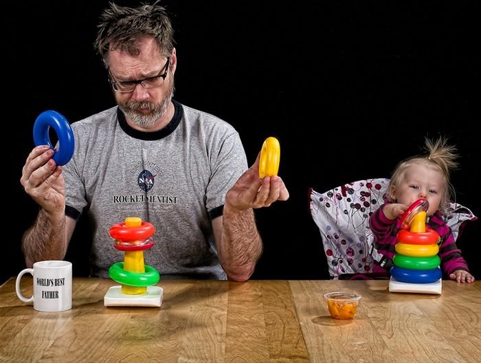 папа играет с малышом