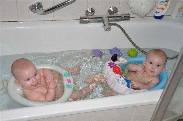 купание двойняшек