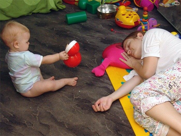 ребенок-играет-мама-спит