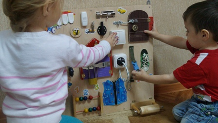 дети играют на бизиборде