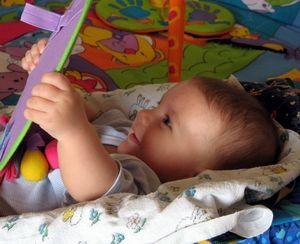 ребенок играет с зеркалом