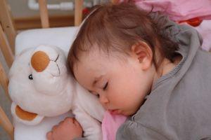 rebenok-9-mesiatcev-spit