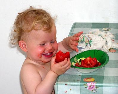 ребенок ест помидор