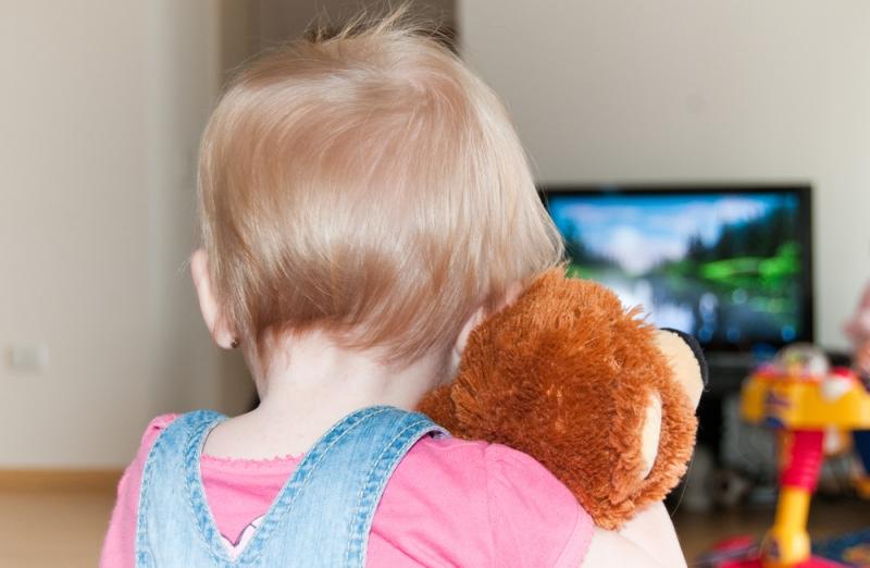 vcliuchat-li-detiam-televizor