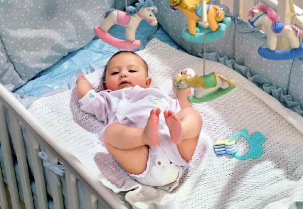 rebenok-v-detskoi-krovatke