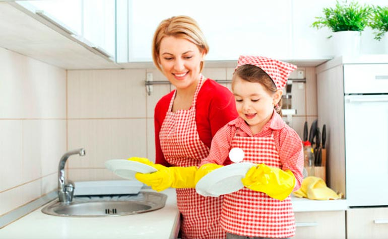 дочка помогает маме по дому