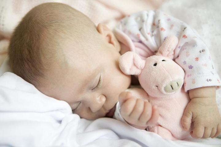 новорожденный с игрушками