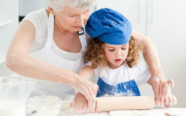 бабушка-готовит-с-внучкой