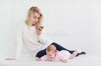 мама сидит в телефоне