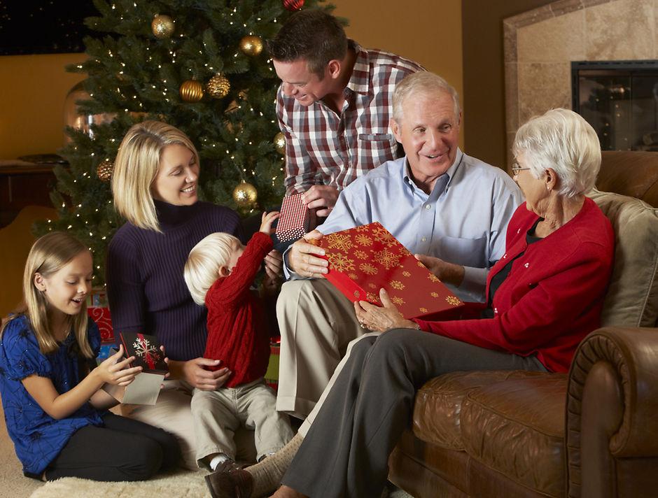 что подарить бабушкам и дедушкам на новый год