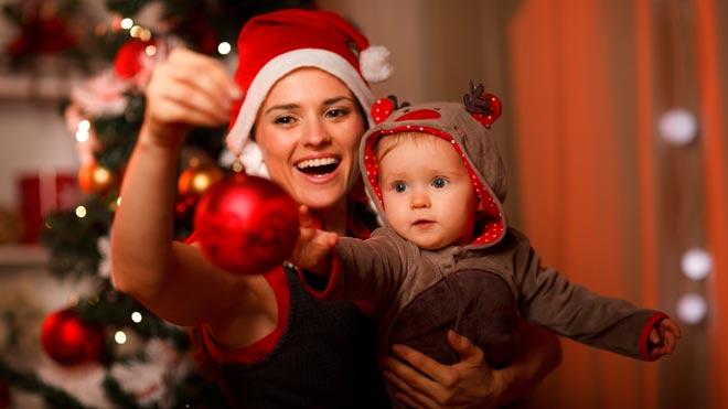 мама с новорожденным на новый год
