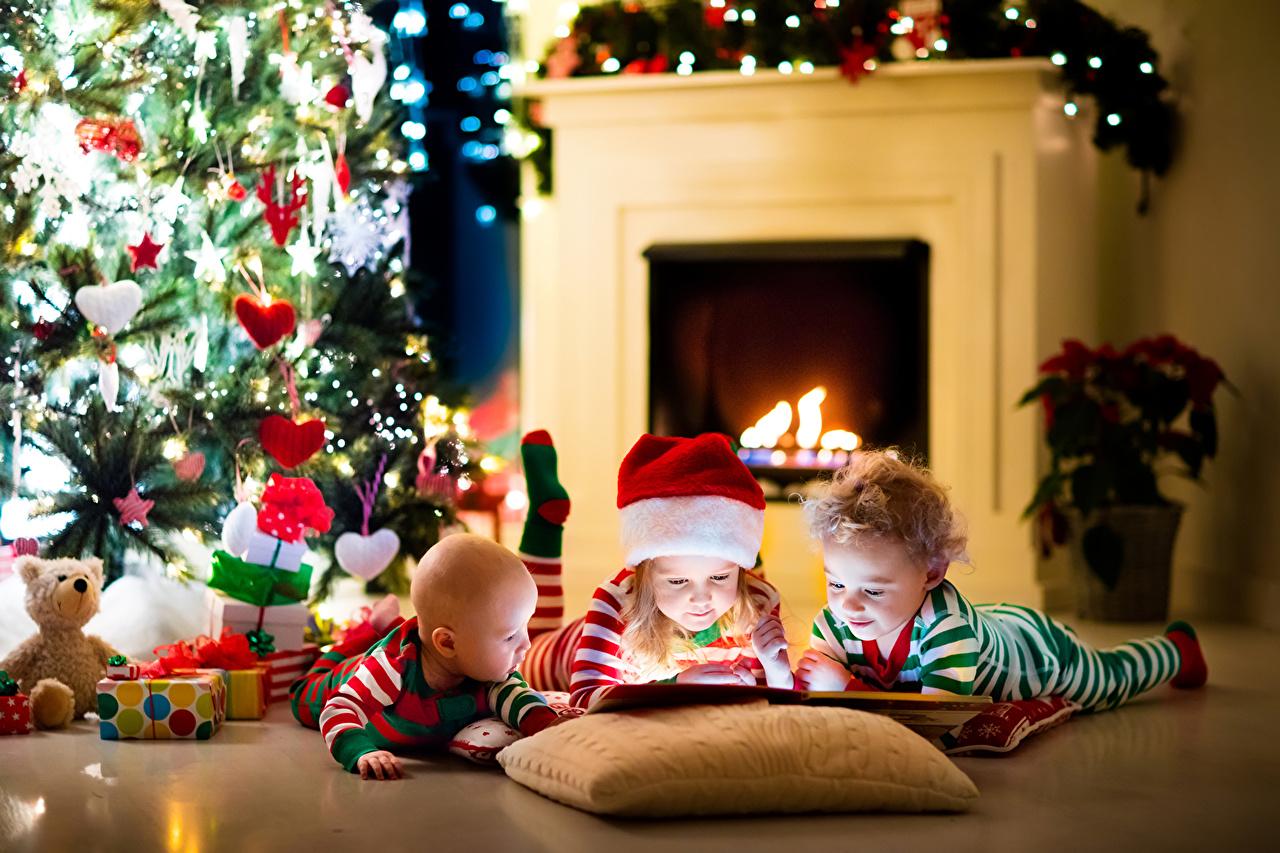 елка и маленькие дети
