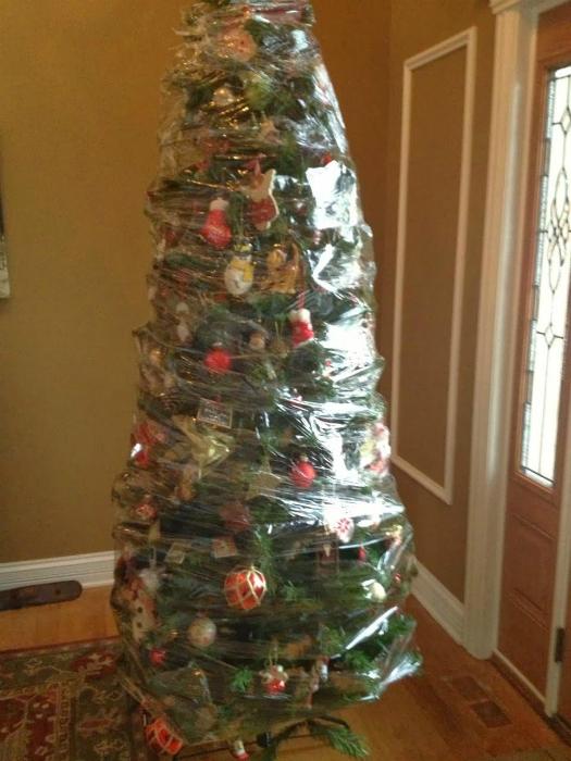 елка в защитной пленке