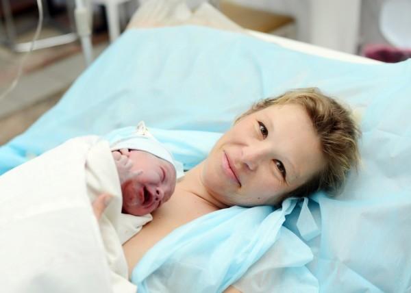 новорожденный на животе у мамы