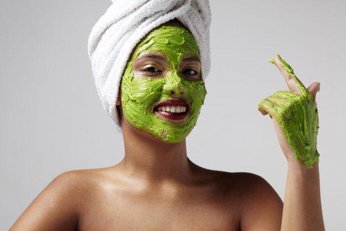 женщина с зеленой маской на лице