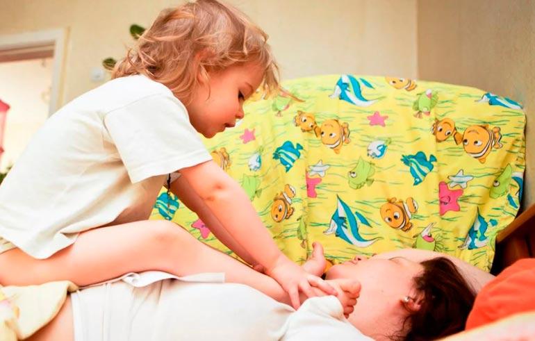 ребенок будит маму