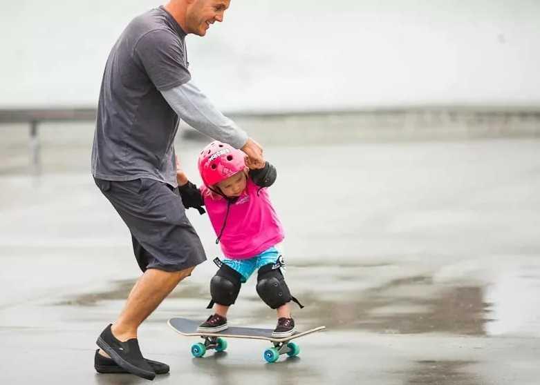 папа-и-ребенок-на-скейте
