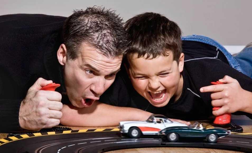 папа-играет-с-ребенком