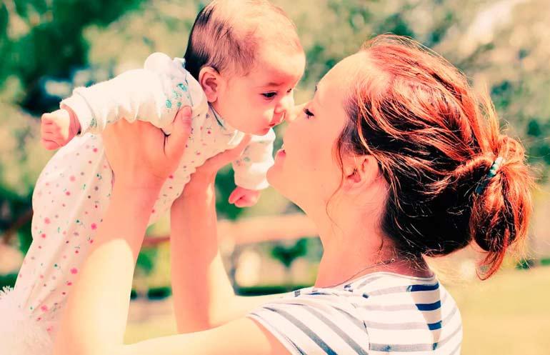 мама с ребёнком на руках