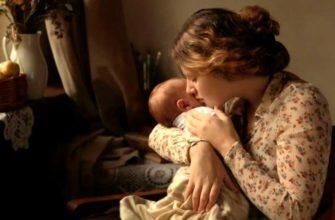 мама убаюкивает малыша