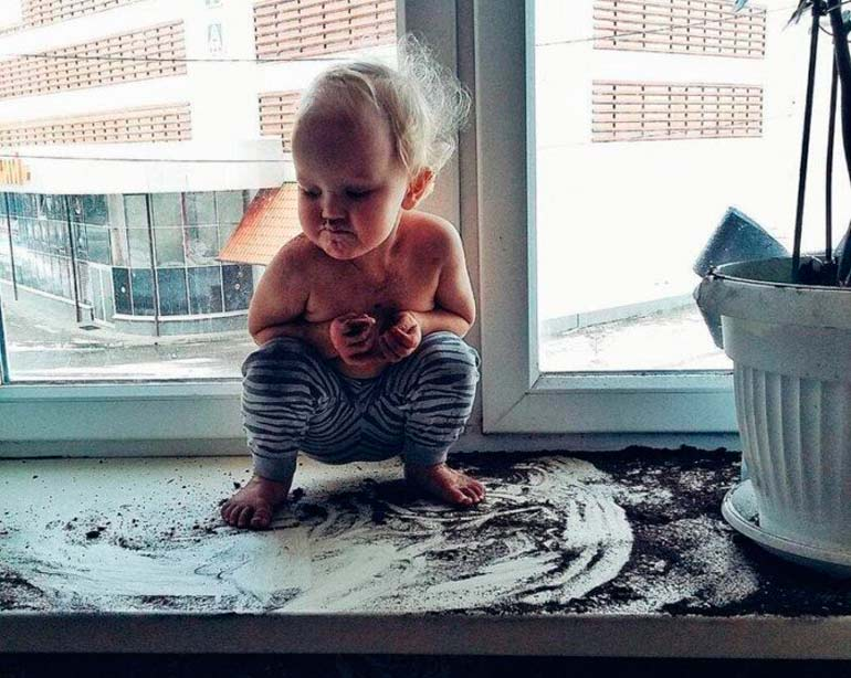 ребенок-вытаскивает-землю-из-горшка-с-цветком