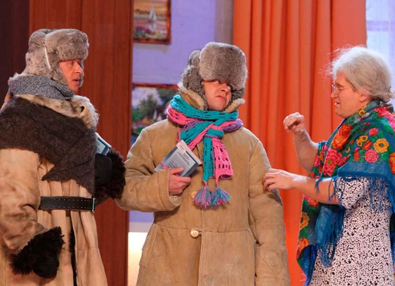 бабушка одевает внука