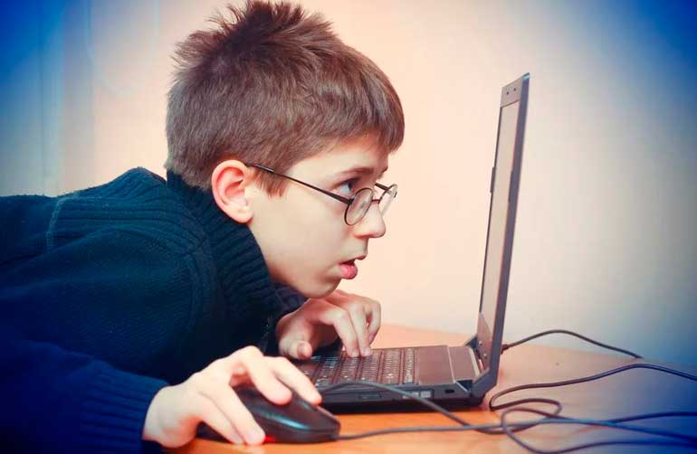 ребёнок за компьютером зрение