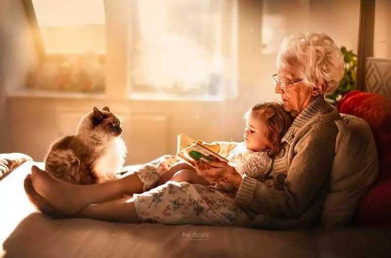 счастливая бабушка с внуком