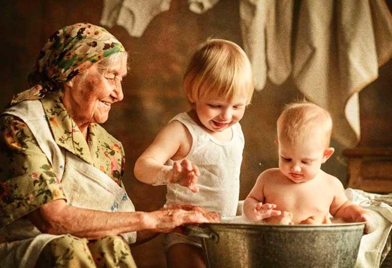 счастливая бабушка с внуками