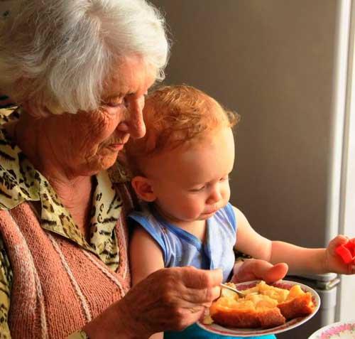 бабушка перекармливает внука
