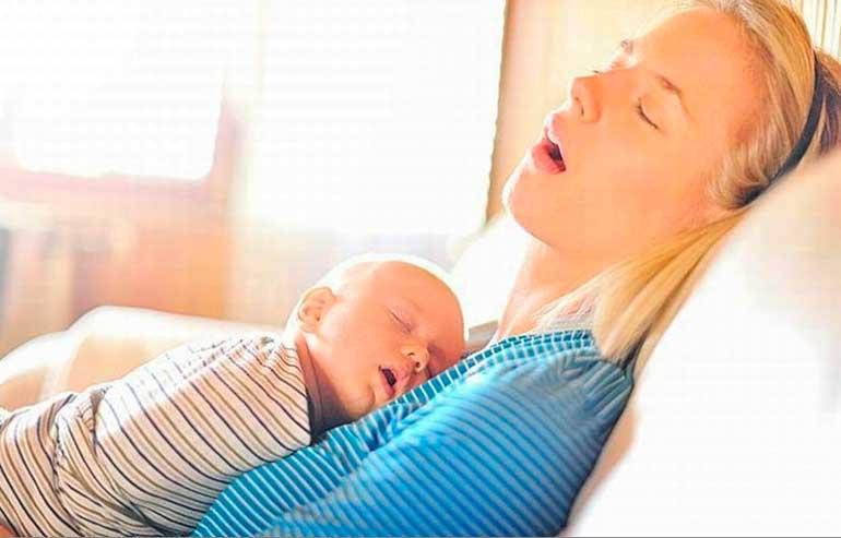 молодая мама мечтает выспаться
