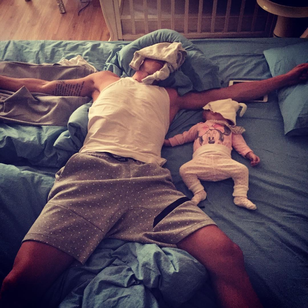 папа с ребенком устал