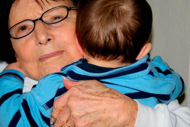 бабушка чрезмерно опекает внука